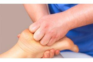 Болит стопа между пяткой и носком: как лечить, причины боли