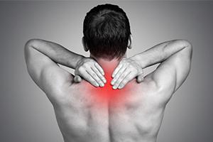 Біль в лопатках: нешкідливі причини і небезпечні симптоми