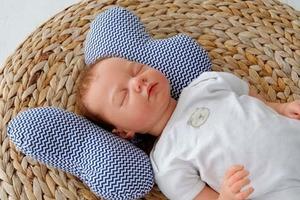 Нужна ли ортопедическая подушка для младенцев?