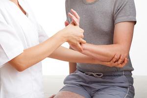 Болит запястье руки после удара: что делать и как снять боль?
