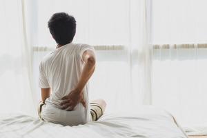 Болит поясница во время сна на спине: причины и методы лечения